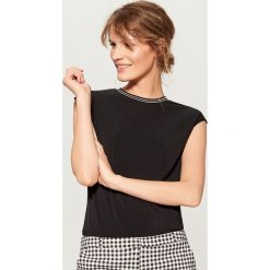 Koszulka z lamówką w prążki - Czarny. Czarne t-shirty damskie Mohito, l, w prążki. W wyprzedaży za 29,99 zł.