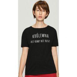 T-shirt z hasłem - Czarny. Czarne t-shirty damskie Sinsay, l. Za 19,99 zł.
