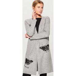 Długi sweter z koronkowym zdobieniem - Szary. Brązowe swetry klasyczne damskie marki Mohito, m. Za 149,99 zł.
