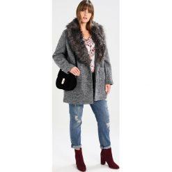 New Look Curves PLUTO SALT N PEPPER CHUCK ON  Krótki płaszcz black. Czarne płaszcze damskie New Look Curves, z materiału. W wyprzedaży za 255,20 zł.