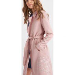 Płaszcze damskie pastelowe: Płaszcz z haftem