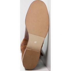 KIOMI Kozaki brandy. Brązowe buty zimowe damskie marki KIOMI, z materiału. W wyprzedaży za 407,20 zł.