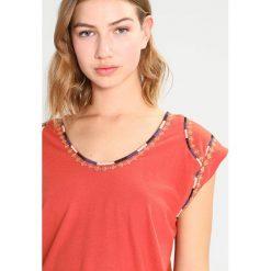 T-shirty damskie: Kaporal MOTEL Tshirt z nadrukiem rosewo