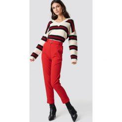 NA-KD Spodnie z paskiem Turn Up - Red. Czerwone spodnie z wysokim stanem NA-KD, z haftami, z poliesteru. Za 121,95 zł.