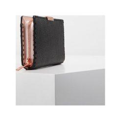 Ted Baker FERNN STAB STITCH ZIP MATINEE Portfel black. Czarne portfele damskie marki Ted Baker. W wyprzedaży za 367,20 zł.