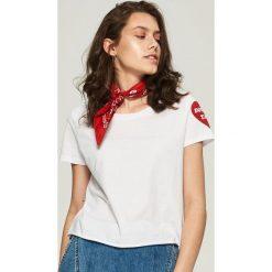 T-shirty damskie: T-shirt z nadrukiem na rękawie – Biały