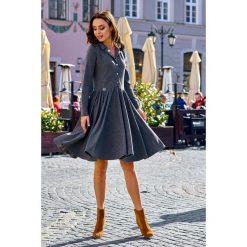 Sukienka z koła z dekoltem V grafit. Brązowe długie sukienki marki Lemoniade, z klasycznym kołnierzykiem. Za 169,90 zł.