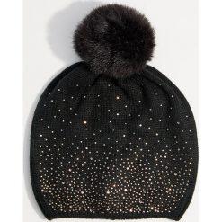 Czapka z połyskującą aplikacją - Czarny. Czarne czapki damskie Mohito, z aplikacjami. Za 39,99 zł.