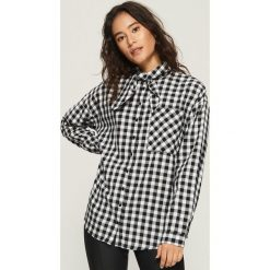 Koszula z wiązaniem - Czarny. Czarne koszule wiązane damskie marki Sinsay, l. W wyprzedaży za 29,99 zł.