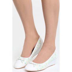 Białe Koturny Twisted. Białe buty ślubne damskie marki Born2be, w kwiaty, z materiału, z okrągłym noskiem, na niskim obcasie, na koturnie. Za 79,99 zł.