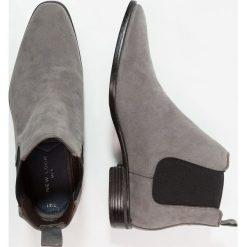 New Look WINTRO CHELSEA GUSSET Botki dark grey. Czarne botki męskie marki New Look, z materiału, na obcasie. W wyprzedaży za 170,10 zł.