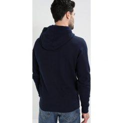 Tommy Jeans ESSENTIAL GRAPHIC HOODIE Bluza z kapturem black iris. Niebieskie bluzy męskie rozpinane Tommy Jeans, l, z bawełny, z kapturem. Za 399,00 zł.