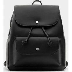 Plecaki damskie: Czarny plecak w miejskim stylu z kieszenią