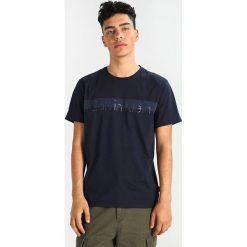 Calvin Klein JALOT REFINED  Tshirt z nadrukiem blue. Pomarańczowe koszulki polo marki Calvin Klein, l, z bawełny, z okrągłym kołnierzem. Za 229,00 zł.
