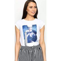 Biały T-shirt Added Value. Czerwone bluzki z odkrytymi ramionami marki KALENJI, z elastanu, z krótkim rękawem, krótkie. Za 49,99 zł.