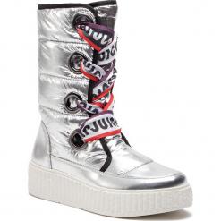 Kozaki JUICY BY JUICY COUTURE - Diletta JJ155 Silver. Szare buty zimowe damskie Juicy by Juicy Couture, z materiału, przed kolano, na wysokim obcasie. Za 609,00 zł.