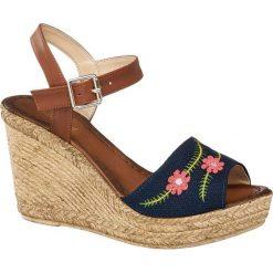 Sandały na koturnie Graceland niebieskie. Czarne sandały damskie marki Graceland, w kolorowe wzory, z materiału. Za 99,90 zł.