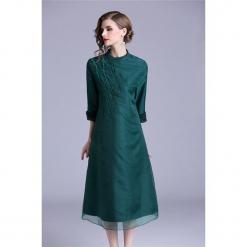 Sukienka w kolorze zielonym. Zielone sukienki na komunię marki Zeraco, z dekoltem na plecach, midi. W wyprzedaży za 349,95 zł.