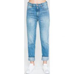 Wrangler - Jeansy Retro. Szare jeansy damskie rurki marki Wrangler, na co dzień, m, z nadrukiem, casualowe, z okrągłym kołnierzem, mini, proste. W wyprzedaży za 229,90 zł.