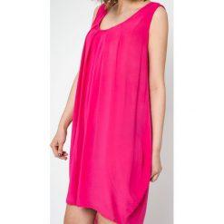 Sukienki balowe: Sukienka Euphory z marszczeniami i dłuższym tyłem różowa
