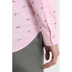 GANT COUPE REGULAR Koszula california pink. Czerwone koszule męskie GANT, l, z bawełny. Za 669,00 zł.