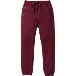 Spodnie dresowe Slim Fit bonprix czerwony klonowy. Czerwone rurki męskie marki bonprix. Za 79,99 zł.