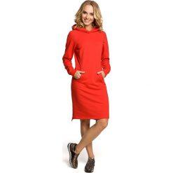 JAIME Luźna sukienka kangurka - czerwona. Czerwone długie sukienki Moe, s, sportowe, z kapturem, z długim rękawem, dopasowane. Za 169,90 zł.