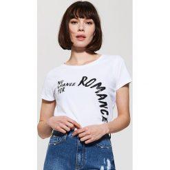 T-shirt z napisem - Biały. Białe t-shirty męskie marki House, l, z napisami. W wyprzedaży za 15,99 zł.