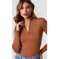NA-KD Trend Sweter z suwakiem - Brown. Białe swetry klasyczne damskie marki NA-KD Trend, z nadrukiem, z jersey, z okrągłym kołnierzem. Za 141,95 zł.
