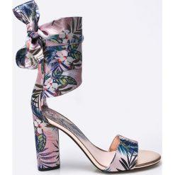 Guess Jeans - Sandały. Szare sandały damskie na słupku Guess Jeans, z aplikacjami, z jeansu. W wyprzedaży za 359,90 zł.