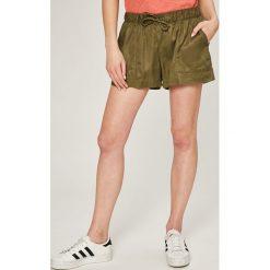 Tommy Jeans - Szorty. Szare szorty jeansowe damskie marki Tommy Jeans, casualowe. W wyprzedaży za 199,90 zł.