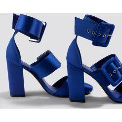 NA-KD Shoes Czółenka na słupku z klamrami - Blue. Niebieskie buty ślubne damskie NA-KD Shoes, w paski, na wysokim obcasie, na obcasie. W wyprzedaży za 113,37 zł.