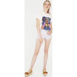 Koszulka z kobietą. Szare t-shirty damskie Pull&Bear. Za 49,90 zł.