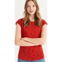 T-shirt ze świątecznym nadrukiem all over - Czerwony. Czerwone t-shirty damskie Sinsay, l, z nadrukiem. Za 14,99 zł.