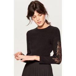 Sweter z aplikacją na rękawach - Czarny. Czarne swetry klasyczne damskie marki Mohito, l. Za 119,99 zł.