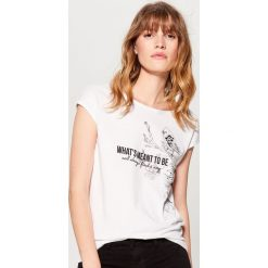 Koszulka z nadrukiem - Biały. Białe t-shirty damskie marki Mohito, l, z nadrukiem. W wyprzedaży za 29,99 zł.