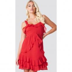 Linn Ahlborg x NA-KD Sukienka z falbankami - Red. Czerwone sukienki asymetryczne marki Linn Ahlborg x NA-KD, z poliesteru, z asymetrycznym kołnierzem. Za 141,95 zł.