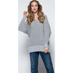 Szary Oversizowy Sweter z Dekoltem V. Czerwone swetry oversize damskie marki Molly.pl, l, z jeansu, biznesowe, z dekoltem na plecach, z długim rękawem. Za 119,90 zł.