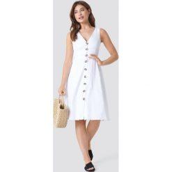 Trendyol Sukienka z dekoltem V i guzikami - White. Szare sukienki z falbanami marki Trendyol, na co dzień, z elastanu, casualowe, midi, dopasowane. Za 121,95 zł.