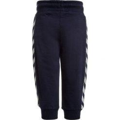 Hummel BABY PANTS Spodnie treningowe peacoat. Niebieskie jeansy chłopięce marki Hummel. Za 129,00 zł.