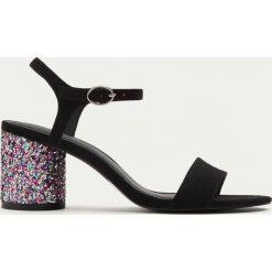 Rzymianki damskie: Brokatowe sandały na obcasie