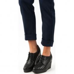 AŻUROWE PÓŁBUTY NA KOTURNIE. Czarne buty ślubne damskie J. STAR, w ażurowe wzory, na koturnie. Za 32,90 zł.