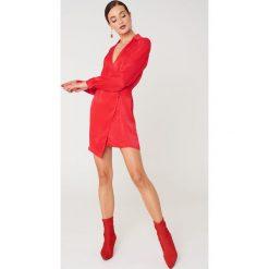 Sukienki: NA-KD Exclusive Asymetryczna sukienka koszulowa – Red