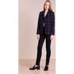 Emporio Armani Jeansy Slim Fit dark blue. Niebieskie jeansy damskie marki Emporio Armani, z bawełny. W wyprzedaży za 377,40 zł.