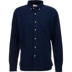 Knowledge Cotton Apparel GARMENT DYED Koszula total eclipse. Niebieskie koszule męskie na spinki Knowledge Cotton Apparel, l, z bawełny. Za 379,00 zł.