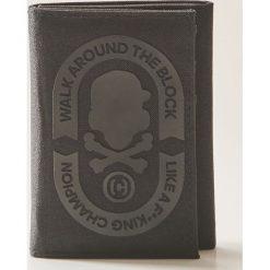Portfele męskie: Materiałowy portfel z naszywką – Czarny