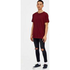 Czarne jeansy super skinny fit z przetarciami. Szare jeansy męskie relaxed fit marki Pull & Bear, okrągłe. Za 69,90 zł.