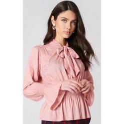 Bluzki asymetryczne: NA-KD Boho Bluzka z wiązaniem na szyi - Pink