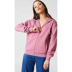 NA-KD Basic Bluza basic z kapturem - Pink. Różowe bluzy rozpinane damskie marki NA-KD Basic, prążkowane. W wyprzedaży za 36,48 zł.