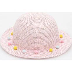 Pleciony kapelusz z pomponami - Różowy. Czerwone kapelusze damskie marki Reserved. W wyprzedaży za 24,99 zł.